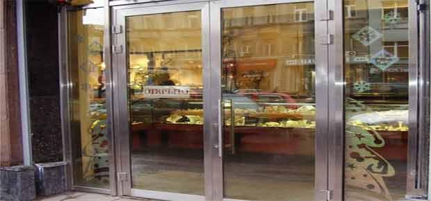 Распашные двери для магазина